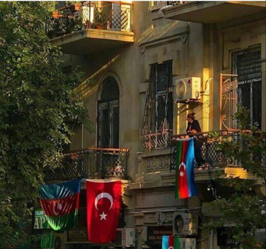 Azerbaycan'ın Rusya'dan ayrılışı kendi deyimleriyle İlk Müstegillik günü. 18 Ekim 1991 için doğum haritası inceledim. Bir çok devletin olduğu gibi Azerbaycan'ında aslında 2 doğum haritası var. Azerbaycan 29 yaşına giren her insan, her ülke gibi zor bir savaşın, ekonomik darboğazın ve hayatta kalma mücadelesinin içinde huldu kendini. Her Satürn çarpması yaşayanlar gibi yapayalnız da buldu çünkü Dünya kör, sağır, dilsiz oldu adeta.