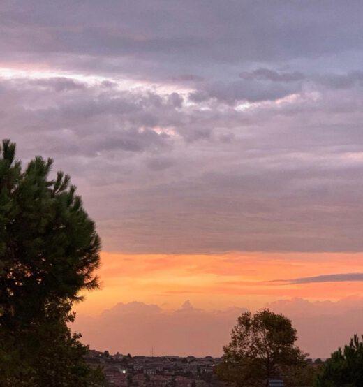 İlerdeki tatlı kırmızılığı ve bulutların arasındaki açıklığı görüyor musun? İşte onun adı umut. Bu hafta gökyüzünde her gün başka bir festivali coşkusu yaşanacak :